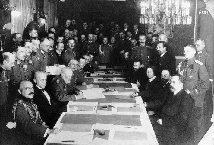 Saksamaa ja Nõukogude Venemaa esindajad kirjutamas alla rahulepingule Brest-Litovskis 3. märtsil 1918. Foto: Saksa Riigiarhiiv