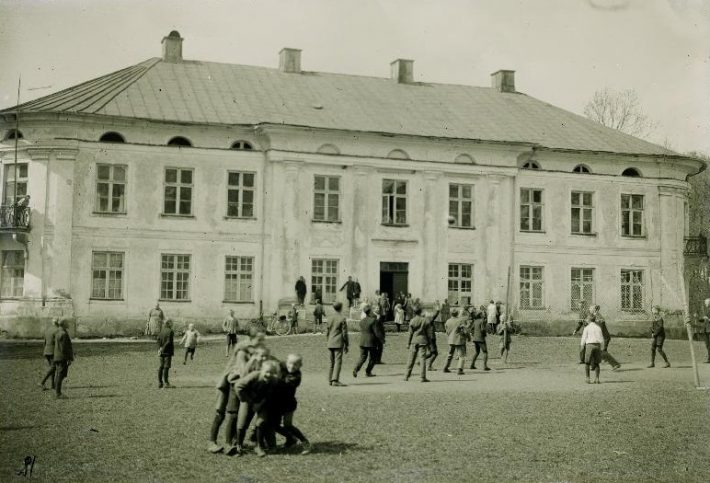 Varangu algkool endises Varangu mõisahoones 1930. aastal. Foto: Rahvusarhiiv EFA.518.3.9369
