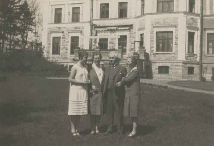 Arvatavasti Saksa saadik Wolfgang Frank kolme naisega seismas Saksa saatkonna Tallinnas aias 1924–1933. Foto: Rahvusarhiiv EAA.1423.1.132