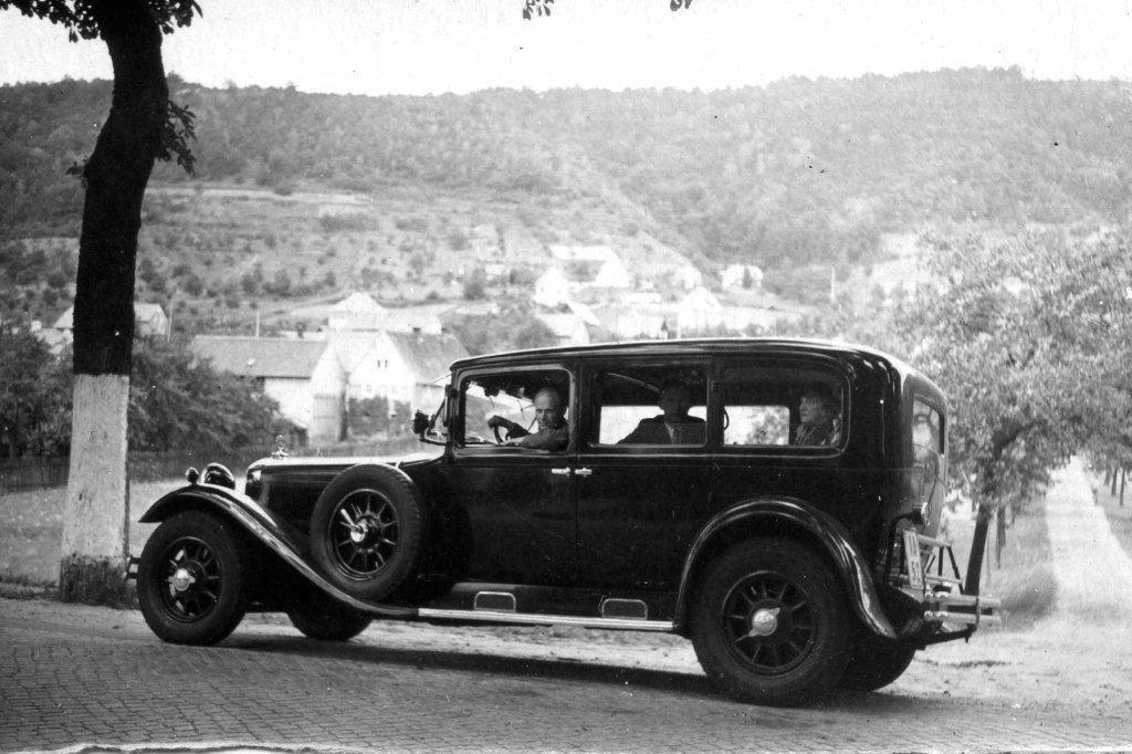 Friedrich Akel auf dem Rücksitz des Botschaftswagens. Foto: Archiv des Außenministeriums, aus der Privatsammlung von Tiit Raukas