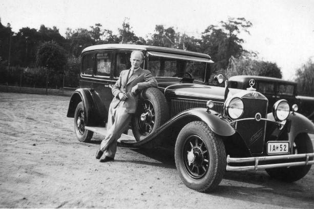 Der Botschaftswagen mit der blau-schwarz-weißen Flagge Estlands und der Fahrer Leonhard Raukas im Jahr 1934. Foto: Archiv des Außenministeriums, aus der Privatsammlung von Tiit Raukas Friedrich Akel auf dem Rücksitz des Botschaftswagens. Foto: Archiv des Außenministeriums, aus der Privatsammlung von Tiit Raukas