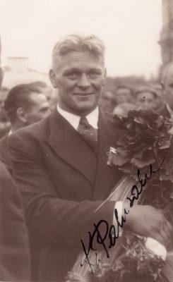 Kahekordne Berliini olümpiavõitja Kristjan Palusalu Tallinnas Balti jaamas pärast Berliinist saabumist. Foto: Rahvusarhiiv