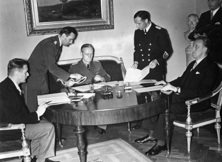Välisministrid Karl Selter, Vilhelms Munters ja Joachim von Ribbentrop Berliinis alla kirjutamas mittekallaletungilepingule. Foto: Rahvusarhiiv