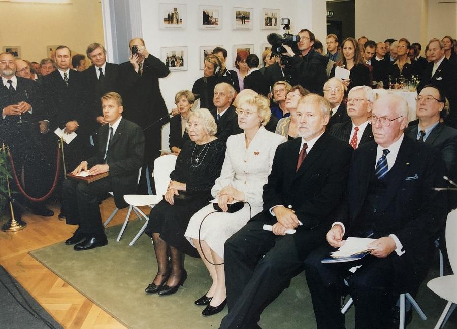 Die Wiedereröffnung der Estnischen Botschaft in Berlin 2001. Als einzige Mitarbeiterin, die vor 1940 hier beschäftigt war, war Tamara Kask-Skolimowska vertreten. Sie sitzt in der ersten Reihe auf dem vierten Platz von rechts neben Helle Meri. Foto: Archiv des Estnischen Außenministeriums
