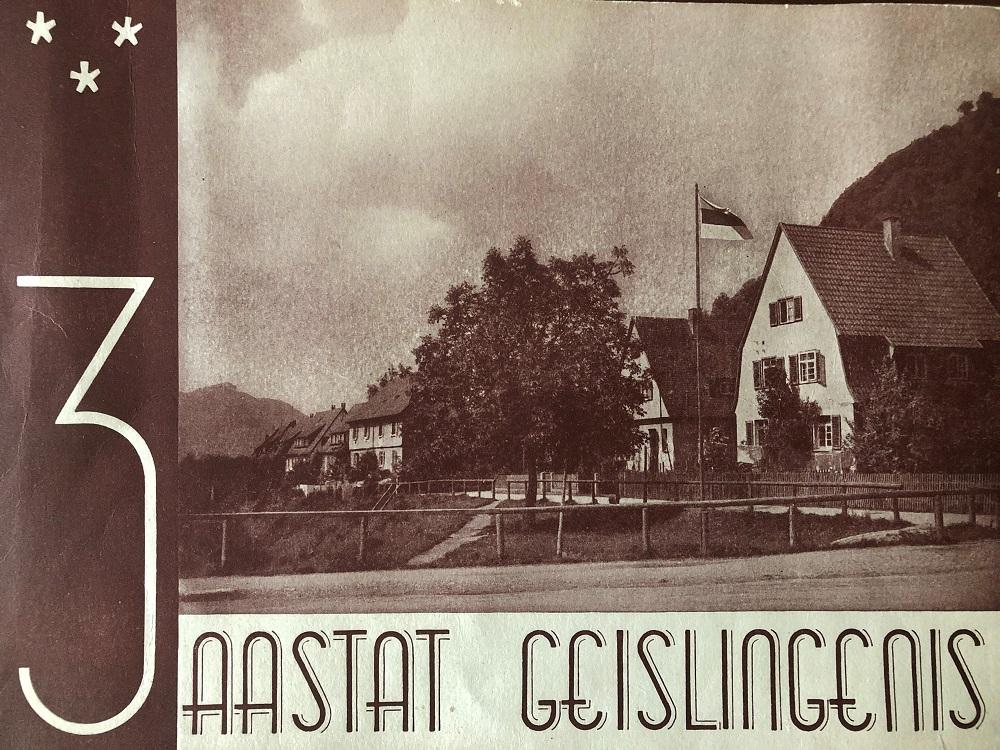 Estnische Pfadfinderinnen mit blau-schwarz-weißen Flaggen im Flüchtlingslager Geislingen zwischen 1945 und 1947. Foto: Estnisches Nationalarchiv