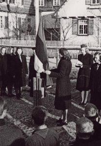Eesti gaidid sinimustvalge lipuga Geislingeni põgenikelaagris ajavahemikul 1945–1947. Foto: Rahvusarhiiv