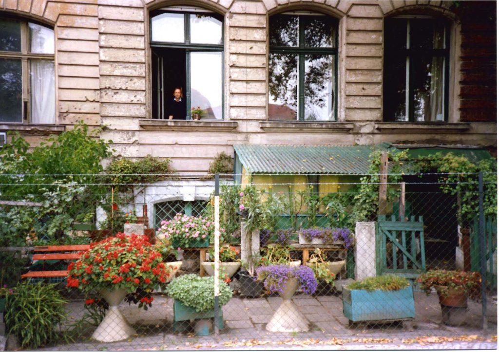 Die Hildebrandstraße 5 als Mietshaus in den 1980ern. Aus dem Fenster sieht ein langjähriger Bewohner des Hauses, der deutsche Künstler Peter Grämer, der das Gebäude in seinen Werken oft abgebildet hat. Foto: Archiv des Außenministeriums, erhalten von Peter Grämer