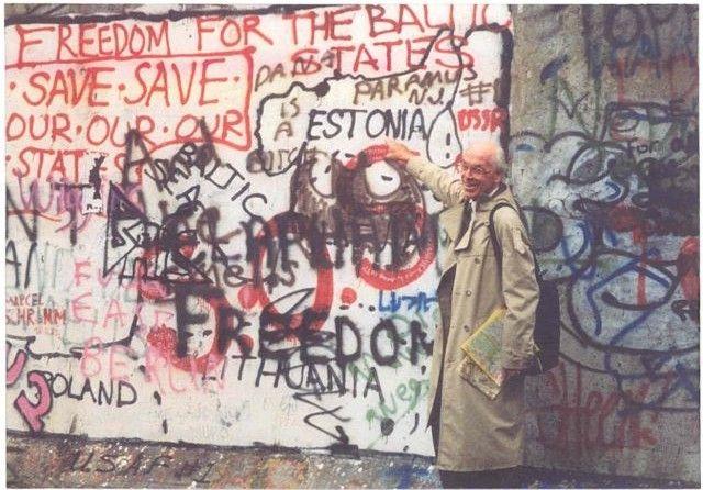 Lennart Meri vor der Berliner Mauer Ende der 1980er Jahre. Foto: Brigitte von Engelhardt