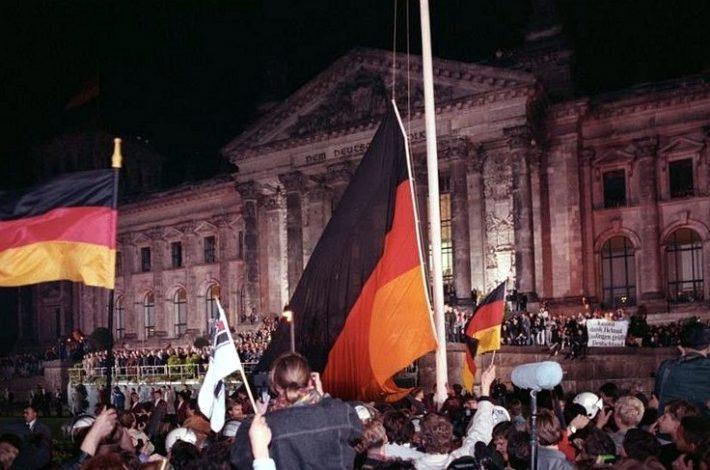 Saksamaa lipp (mis oli aastatel 1949–1990 Lääne-Saksamaa lipp) tõusmas ühtsuse sümbolina Riigipäeva hoone ette. Foto: Saksa Riigiarhiiv, foto 183-1990-1003-400