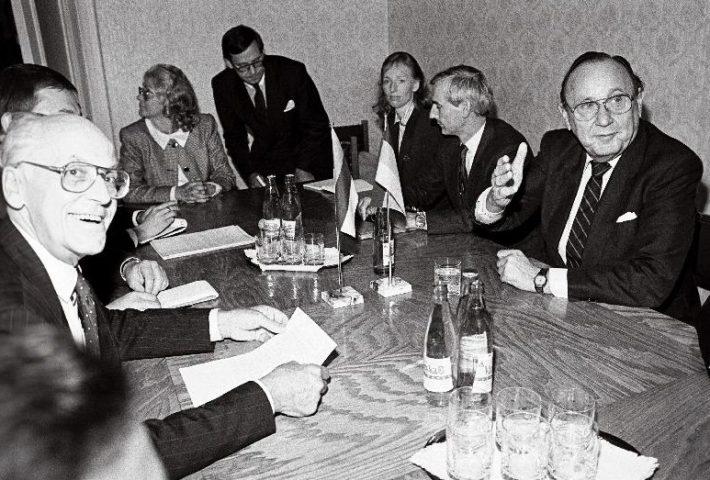 Välisministrid Hans-Dietrich Genscher ja Lennart Meri nõupidamisel välisministeeriumis Toompeal. Foto: Rahvusarhiiv