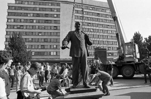 Lenini kuju kangutamine EKP Keskkomitee hoone (praeguse välisministeeriumi) eest 23.08.1991. Foto: Peeter Langovits, välisministeeriumi arhiiv