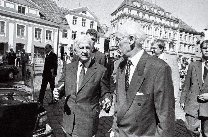 Presidendid Richard von Weizsäcker ja Lennart Meri Tallinnas Raekoja platsil. Foto: Rahvusarhiiv / Lembit Michelson