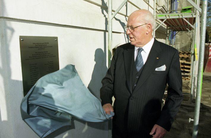 President Lennart Meri avas Berliini saatkonna seinal Nõukogude okupatsiooni poolt represseeritud saatkonna töötajatele mälestustahvli. Foto: välisministeeriumi arhiiv