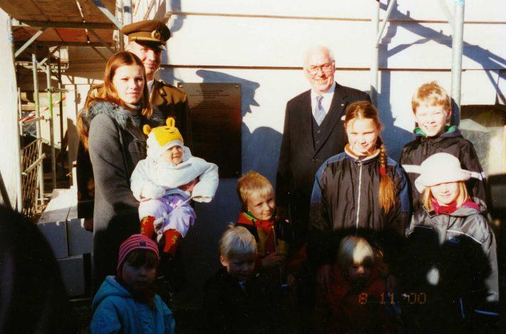 Präsident Lennart Meri mit den Kindern der Botschaft während eines Staatsbesuchs auf dem Hof vor der Botschaft in Berlin. Foto: Estnische Botschaft in Berlin