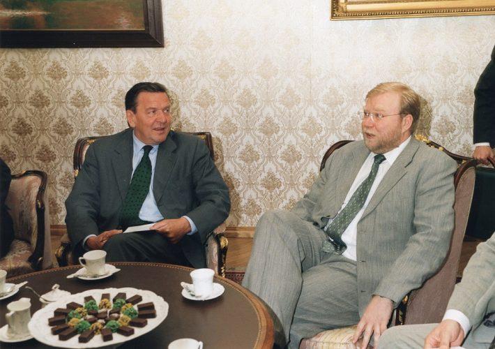 Bundeskanzler Gerhard Schröder trifft Premierminister Mart Laar im Schloss auf dem Domberg. Foto: Archiv des Außenministeriums / Erik Peinar