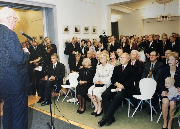 Zeremonie zur Wiedereröffnung der estnischen Botschaft in Berlin am 27. September 2001. Foto: Estnische Botschaft in Berlin