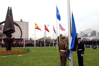 Eesti lipu heiskamine Brüsselis NATO peakorteri ees aastal 2004. Foto: välisministeeriumi arhiiv