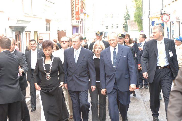 President Horst Köhler (keskel) külastamas 2005. aasta visiidi käigus Tartut. Temast paremal president Arnold Rüütel ja vasakul Tartu linnapea Laine Jänes (Randjärv). Foto: Välisministeeriumi arhiiv / Erik Peinar