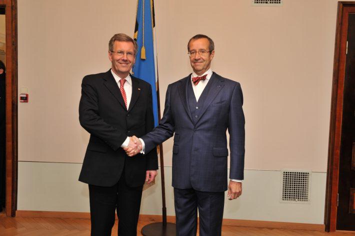 Die Präsidenten Christian Wulff und Toomas Hendrik Ilves posieren für die Fotografen im Schloss Kadriorg. Foto: Archiv des Außenministeriums / Erik Peinar