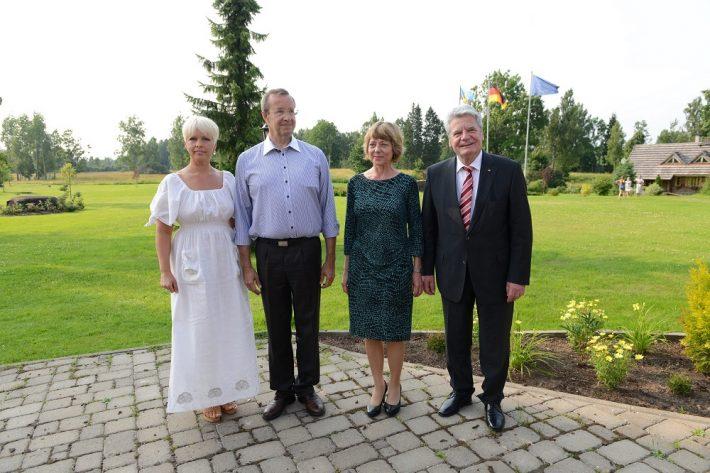 Presidendid Joachim Gauck ja Toomas Hendrik Ilves koos abikaasadega Ärma talus. Foto: välisministeeriumi arhiiv / Erik Peinar