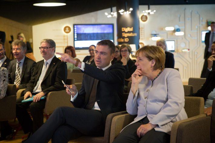 Bundeskanzlerin Angela Merkel und Premierminister Taavi Rõivas im E-Estonia Presentation Center. Foto: e-Estonia / Tauno Tõhk