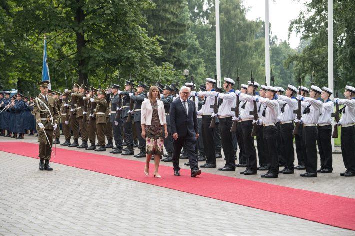 Presidendid Frank-Walter Steinmeier ja Kersti Kaljulaid möödumas aukompaniist Kadriorus. Foto: välisministeeriumi arhiiv